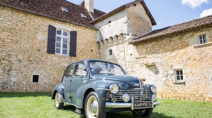 Renault 4CV devant le Château Lagut