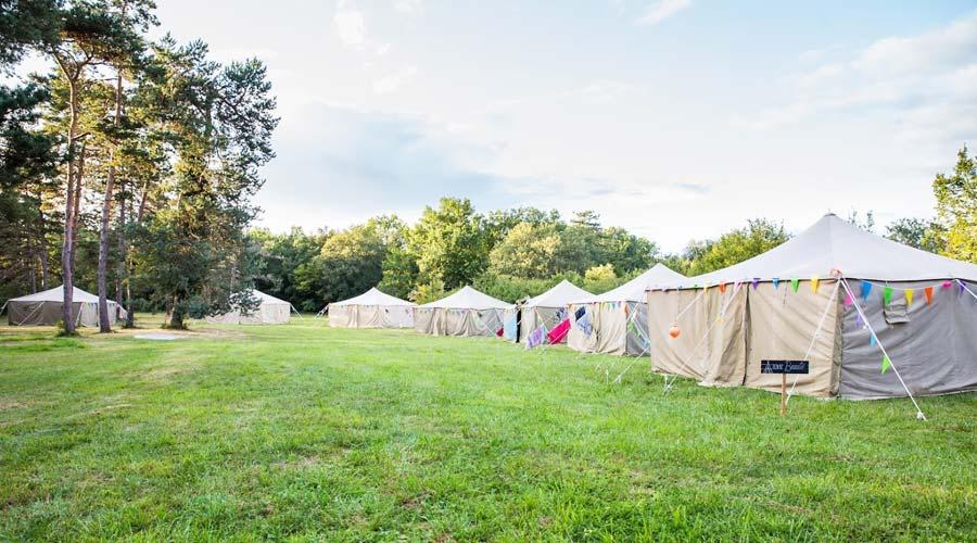 Loger des invités de mariage en tente au château Lagut